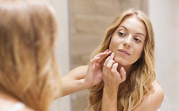 A pele oleosa tem maior tendência a acne?