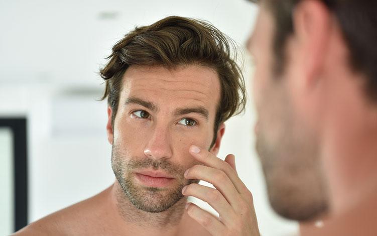 Homens com pele oleosa: aprenda como cuidar e controlar o brilho